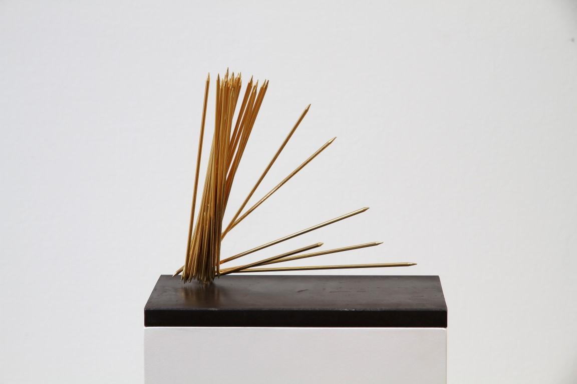 """Ariane Kipp, """"Goldene Zeiten"""", 2011, Messing vergoldet und Stahl, 20 x 23 x 18 cm"""